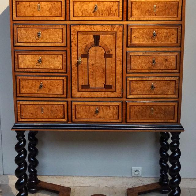 Cabinet tiroirs marqueterie frêne Liège Louis XIV