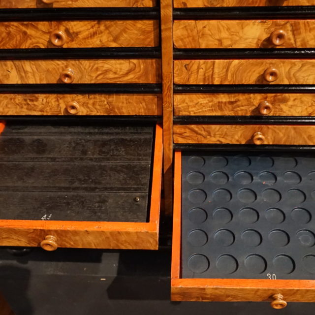 Médaillier marqueterie frêne Liège Louis XIV-3